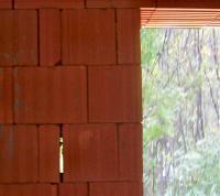 espace vide entre deux briques