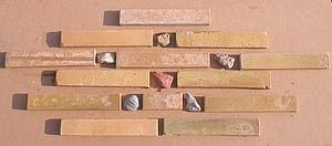 imaginez un décor en insérant des galets entre les briquettes