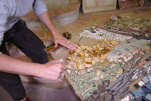 Cr er une mosa que murale avec des carreaux et des vitraux de r cup ration for Faire une table de jardin mosaique