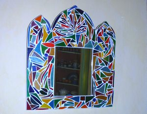 miroir orné de vitrails découpés
