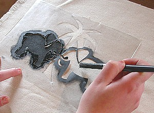 remplir à la peinture thermo-fixable les motifs du pochoir