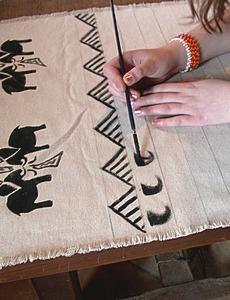 réaliser les motifs avec des pinceaux de différentes tailles