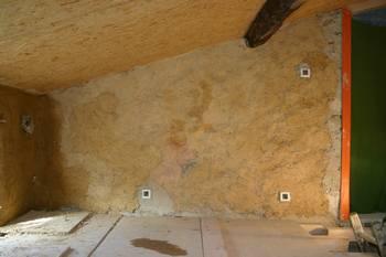 torchis sommaire (chaux /terre et paille) sur le mur d'origine